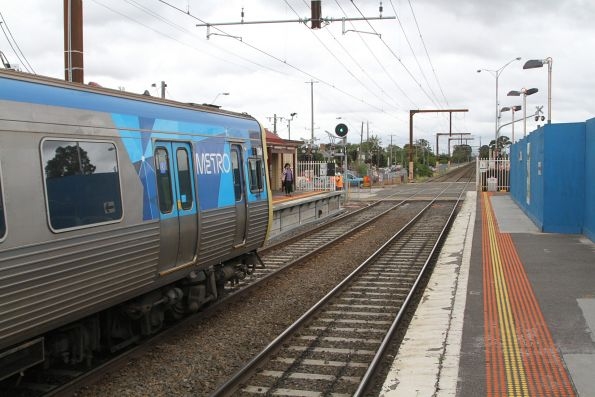 Comeng 313M arrives into Clayton station on the up