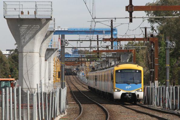 Siemens train arrives into Hughesdale with a down Cranbourne service