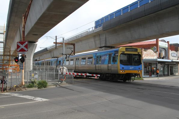 Comeng 335M approaches Murrumbeena with a down Pakenham service