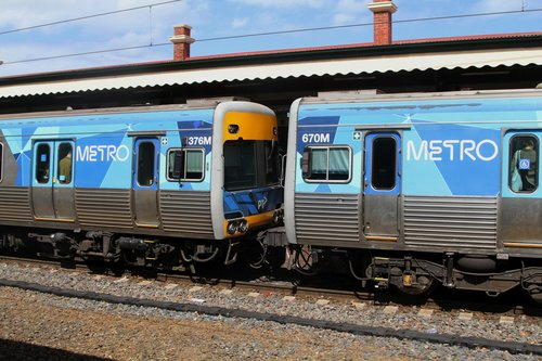 Comeng 376M and 670M at Caulfield station