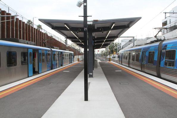 Up and down trains pass at Bentleigh station