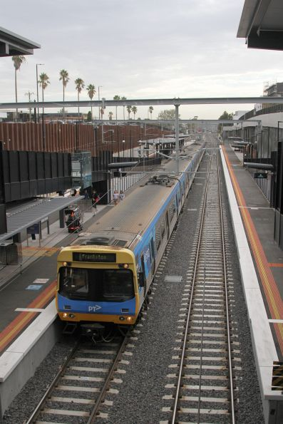 Comeng 354M arrives into Bentleigh station on the down