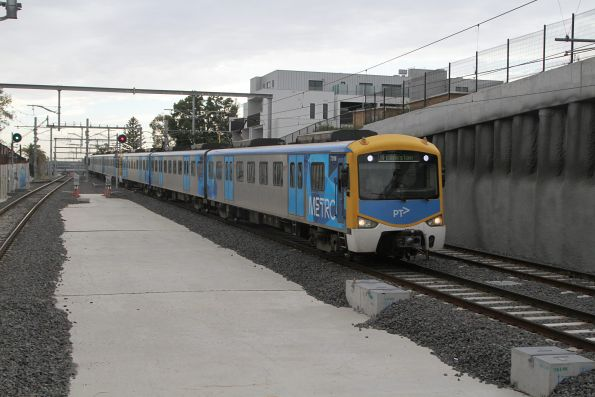 Siemens 731M arrives into Bentleigh station on the down