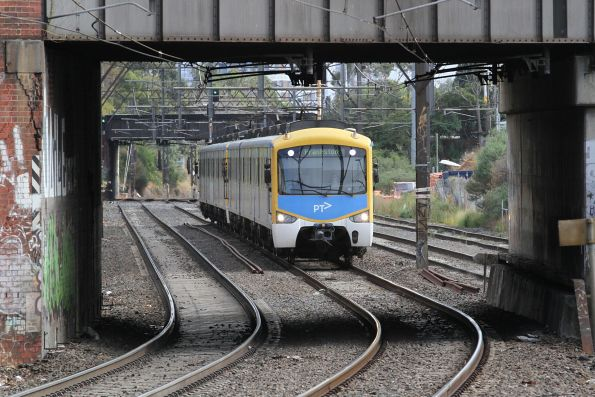 Siemens train approaches Malvern station with a down Frankston service
