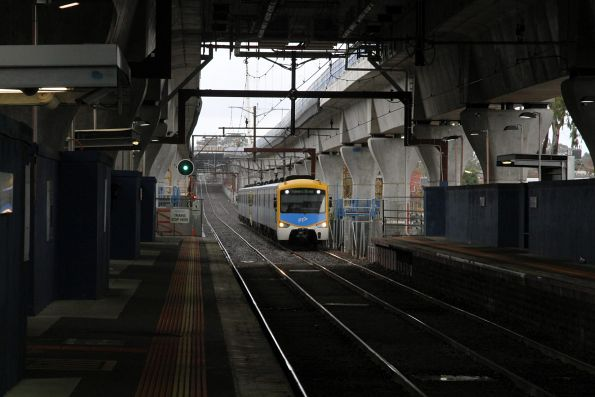 Siemens train approaches Murrumbeena on the up