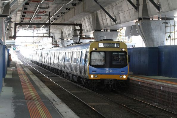 EDI Comeng train arrives at Murrumbeena station on the up