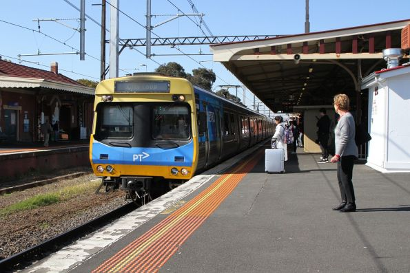 EDI Comeng 474M arrives into Oakleigh on the up
