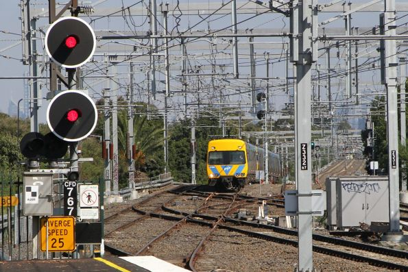 Alstom Comeng arrives into Caulfield station on the down