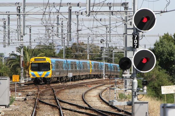 EDI Comeng 450M arrives into Caulfield on a down Frankston service