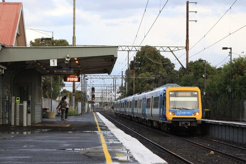 Down South Morang train arrives into Bell station