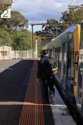 Driver changing end at Eltham, only every second train continues to Hurstbridge