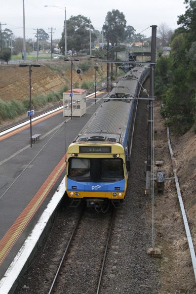 EDI Comeng arrives into Watsonia on the down