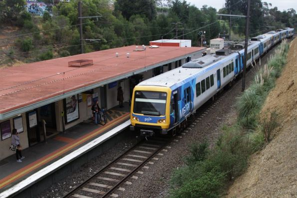 X'Trapolis 964M arrives into Watsonia station on the up