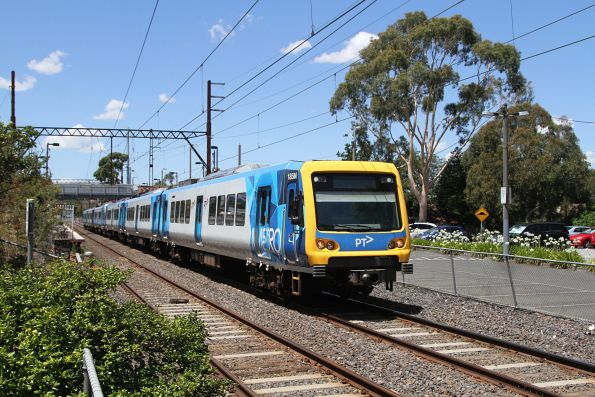 X'Trapolis 185M departs Ivanhoe station on the up