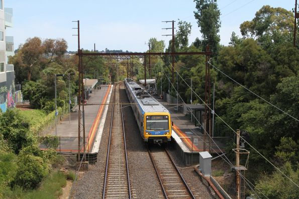 X'Trapolis train pauses at Darebin station on a down Eltham service