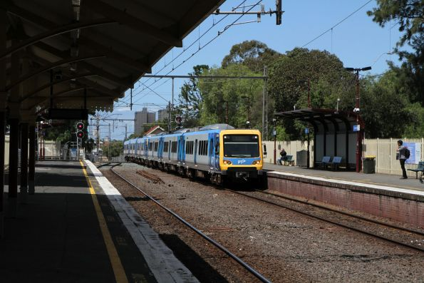 X'Trapolis 231M arrives into Clifton Hill on a down Hurstbridge service