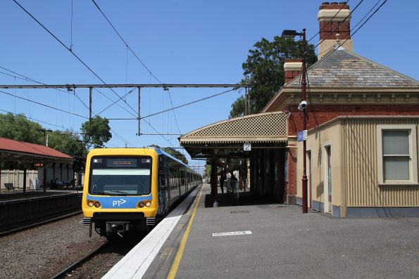 X'Trapolis 1M arrives into Clifton Hill on a down Mernda service