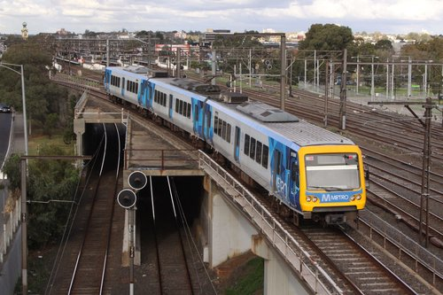 3-car X'Trapolis passes over the Richmond Flyover bound for the eastern suburbs