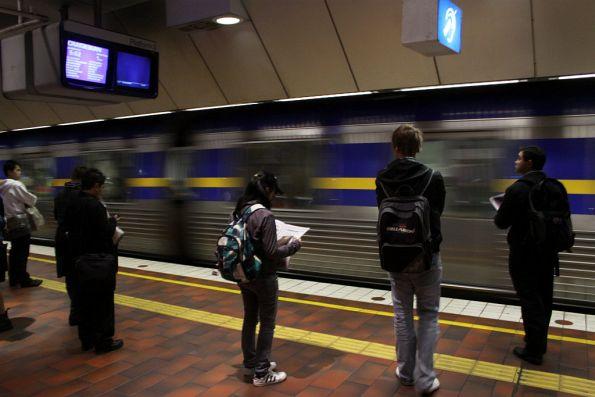 Comeng arrives into Melbourne Central platform 3