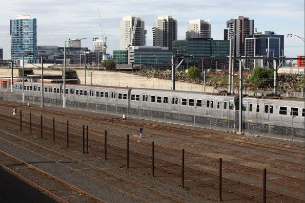 Hitachi 293M-280M stabled at Melbourne Yard between peaks
