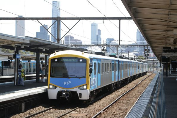 Siemens train arrives into Richmond with a down Cranbourne service