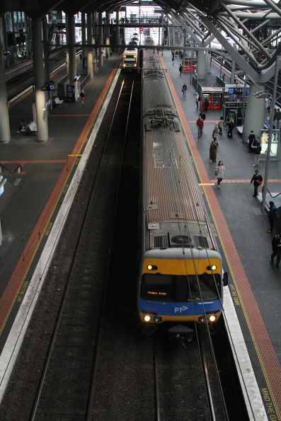Comeng train arrives into Southern Cross platform 12