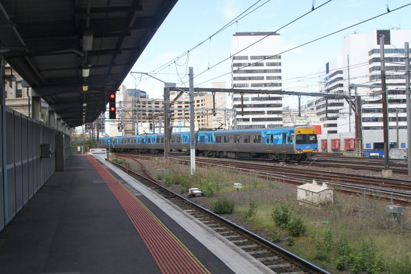 Comeng 673M approaches Southern Cross on a down Northern Group service