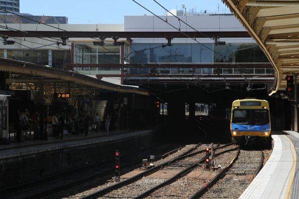 EDI Comeng train arrives at Flinders Street platform 10