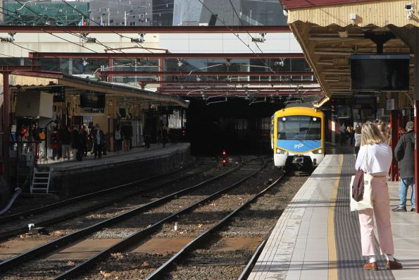 Siemens train arrives into Flinders Street platform 10
