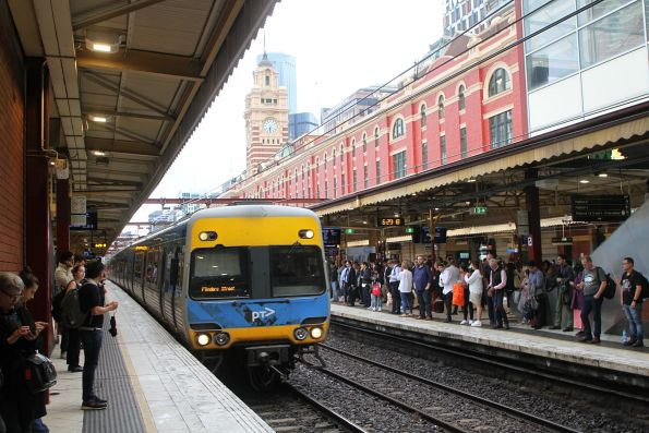 Alstom Comeng arrives into Flinders Street Station platform 4