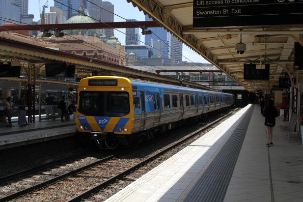 Life extension EDI Comeng 543M arrives into Flinders Street platform 7