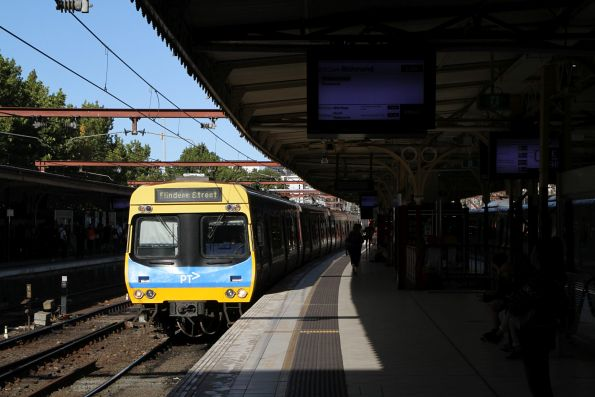 EDI Comeng train arrives into Flinders Street platform 9