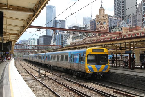 Life extension EDI Comeng 378M arrives into Flinders Street platform 9