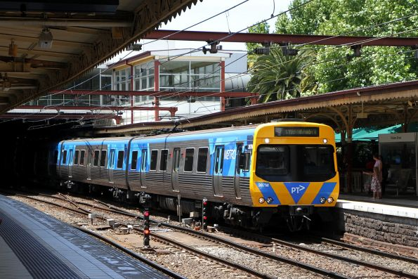 Life extension EDI Comeng 397M arrives into Flinders Street platform 10