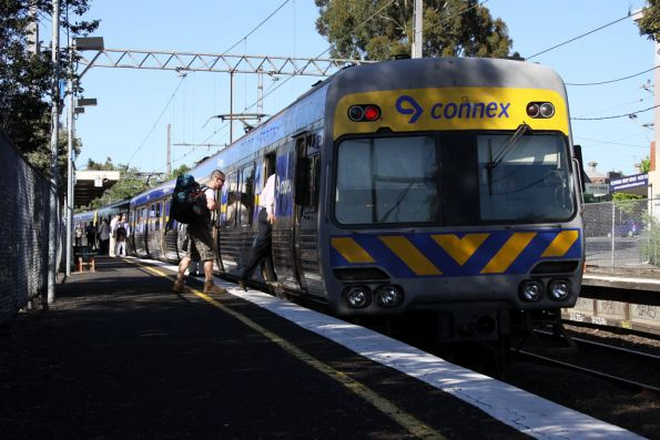 Comeng picks up passengers at Glenbervie