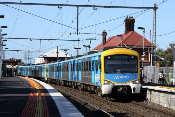 Metro liveried Siemens passes through Yarraville citybound