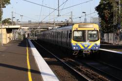 EDI Comeng picks up passengers at West Footscray