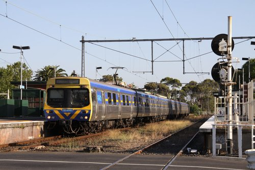 Up train at Essendon - the platforms are hard up against the Buckley Street level crossing