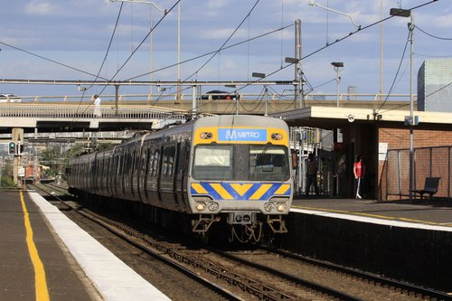 Alstom Comeng arrives into West Footscray on the down