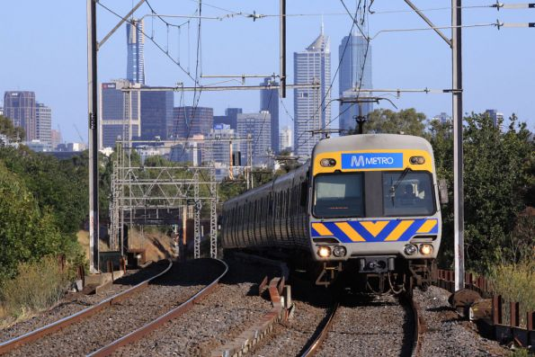 Down Craigieburn train arrives into Ascot Vale