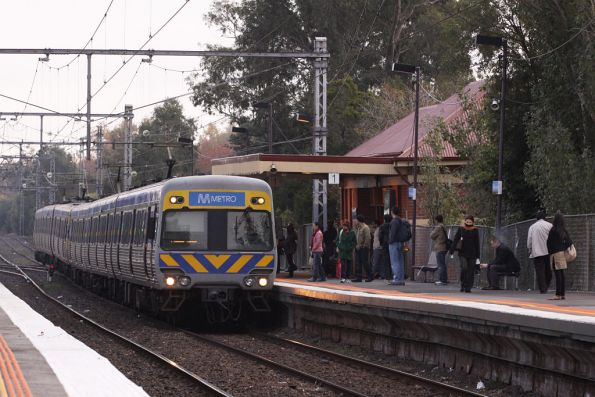 Alstom Comeng arrives into Newmarket on the up