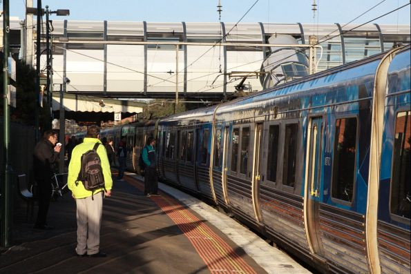 A down train arrives into platform 4 at Footscray, after the power was turned back on