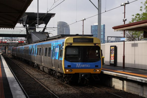 Comeng 487M arrives into North Melbourne platform 6 on a down Werribee