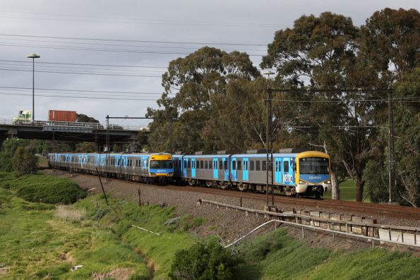 Up and down trains cross: Siemens 766M on the up at Yarraville