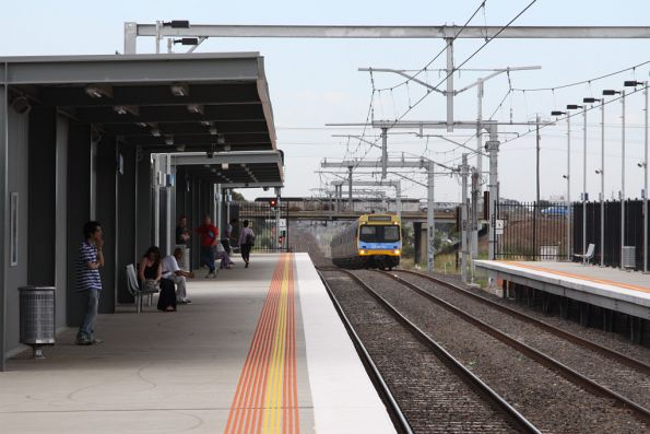 EDI Comeng arrives into Coolaroo station on the down