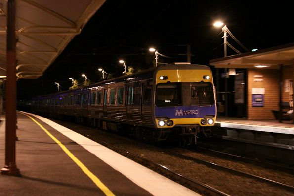 Alstom Comeng arrives into Moonee Ponds on the down