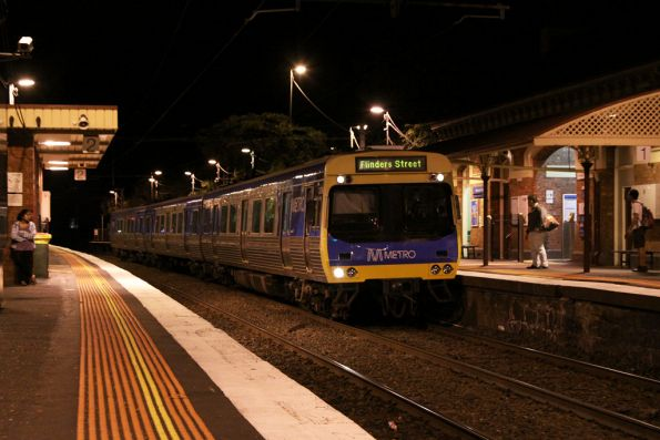 EDI Comeng arrives into Moonee Ponds on the up