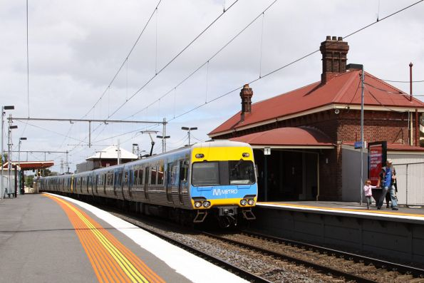 Alstom Comeng 670M arrives at Yarraville on the up