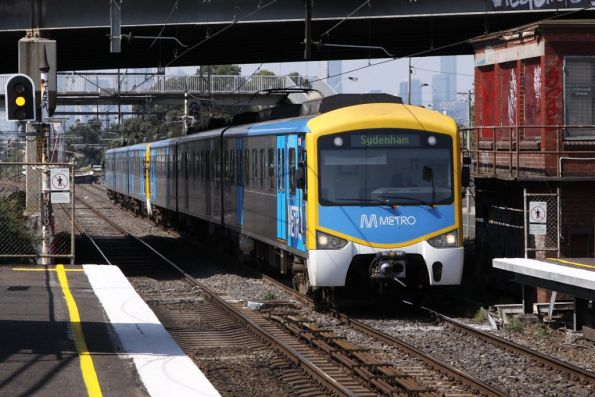 Siemens arrives into West Footscray on the down