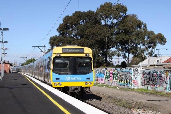EDI Comeng arrives into Middle Footscray: the houses behind have all been acquired for the RRL project
